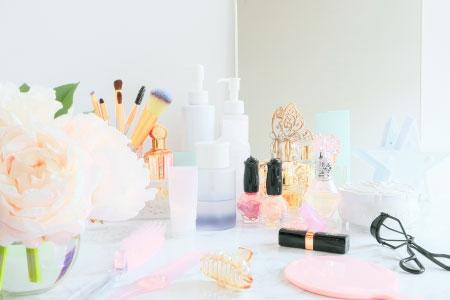 基礎化粧品の揃ったパウダールーム