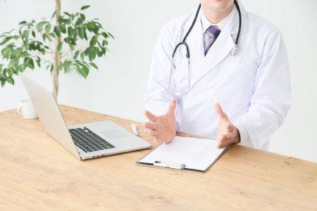 カウンセリングで説明をするドクター