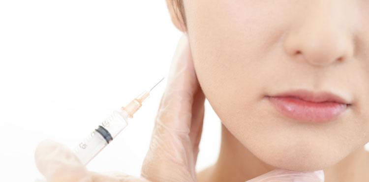ボトックス注射の小顔プチ整形を受ける女性