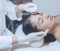 小顔マシン施術を受ける女性