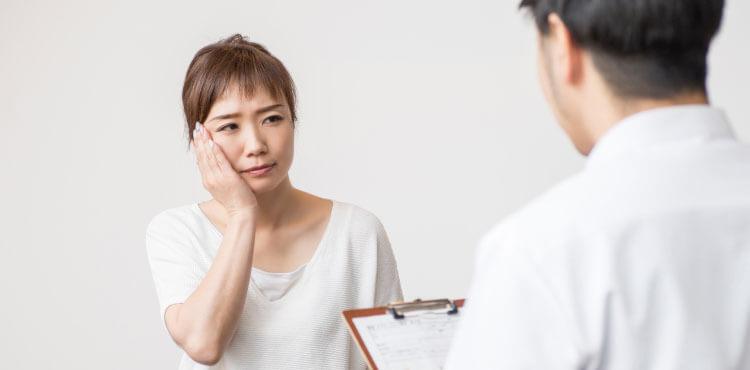 小顔プチ整形の痛みについて説明を受ける女性