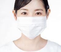 ダウンタイム期間にマスクで顔を隠す女性